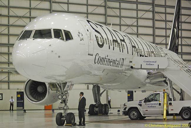At the ceremony for its induction into Star Alliance on October 27, 2009, Continental Airlines unveiledits first Star-liveried aircraft ― this Boeing 757-200ER, N14120, which Continental uses on transatlantic services