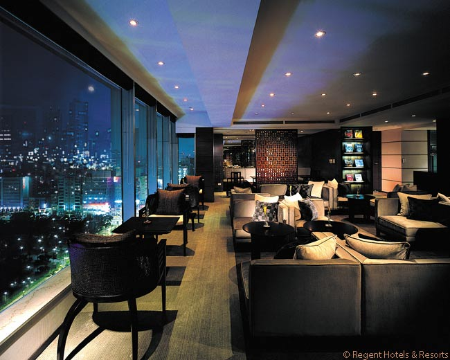The spacious Tai Pan Lounge on the 19th floor of the Regent Taipei is in the hotel's Tai Pan Residence & Club, a two-floor part of the hotel which costs guests more to stay in than do other floors. The Tai Pan Lounge offers guests on the two floors a breakfast buffet and evening hors d'oeuvres and cocktails
