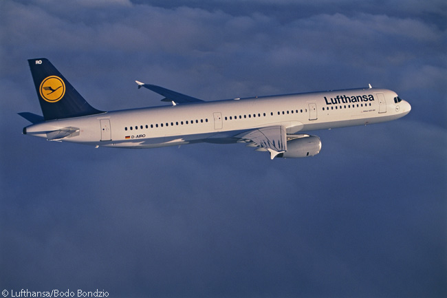 Lufthansa A321-100 D-AIRO makes a fine in-flight study. It is one of 20 A321-100s in Lufthansa's fleet