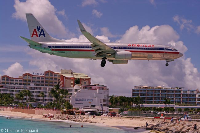 American Airlines Boeing 737-800 N865NN flies low over Sint Maarten's Maho Beach a few seconds before landing on Princess Juliana International Airport's Runway 10